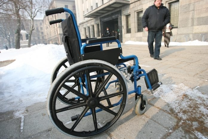 Neįgaliojo vežimėlis paliktas gatvėje