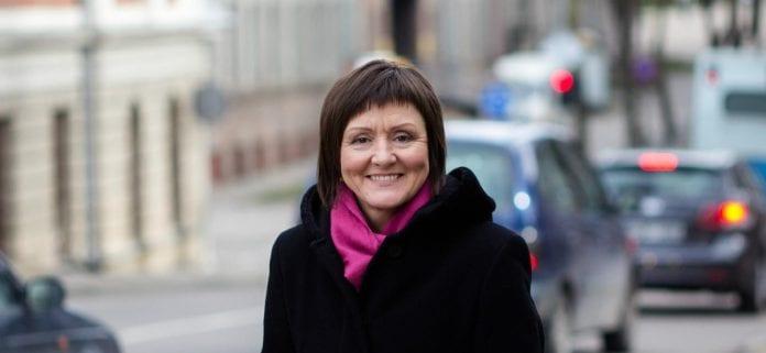 Giesmių autorė ir atlikėja Angelė Joknytė šypsosi gatvėje