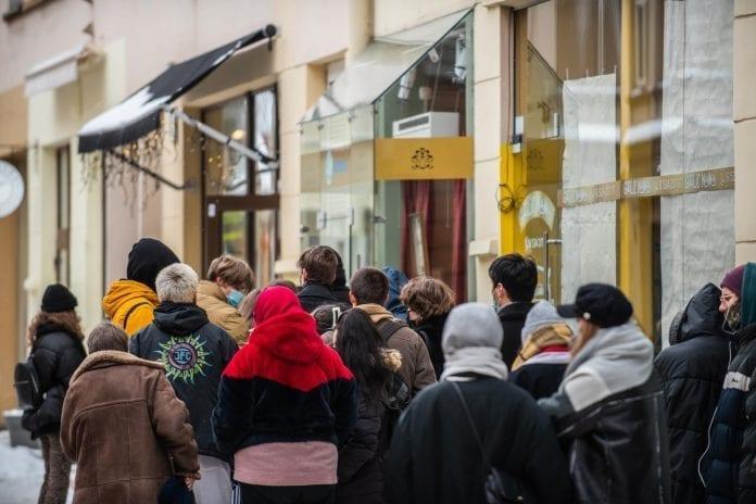Žmonės Vilniuje rikiuojasi prie parduotuvės