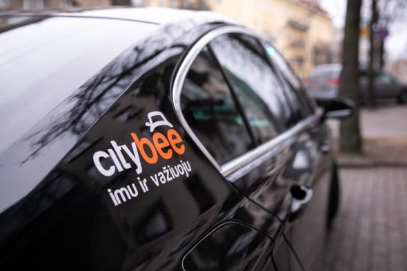 """Automobilių dalijimosi bendrovės """"CityBee""""automobilis su įmonės logotipu"""