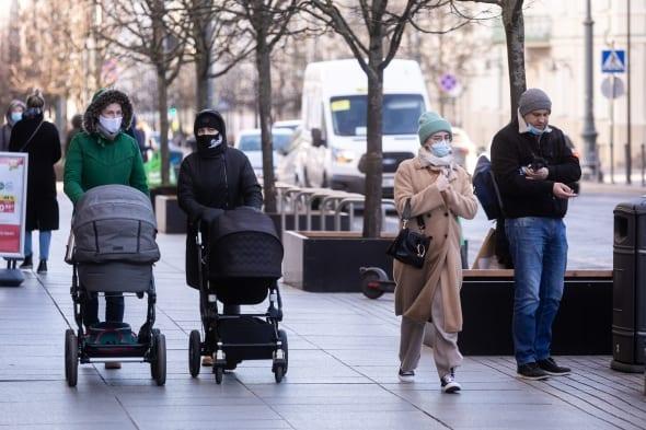 Žmonės su kaukėmis Vilniaus centre