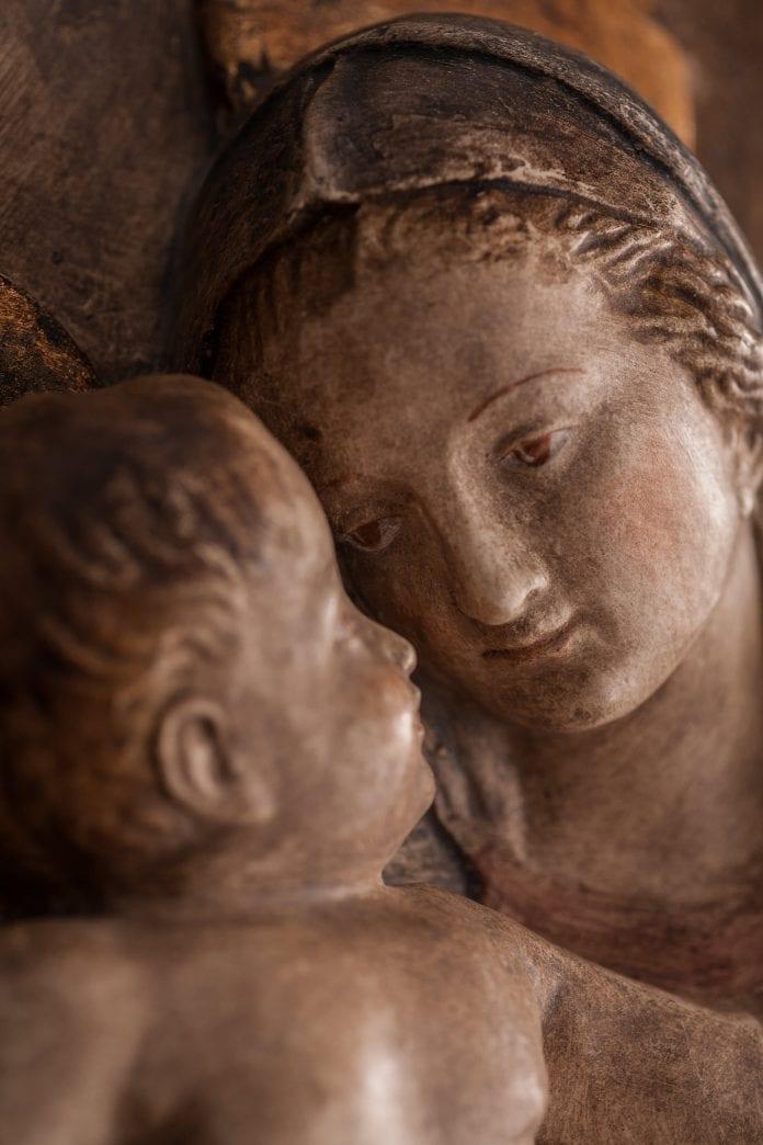 Dievo Motina glaudžia kūdikį