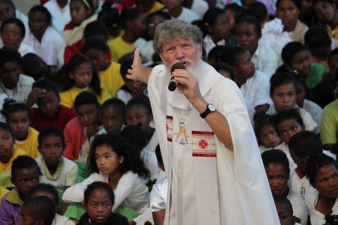 Kunigas vienuolis Pedro Opeta, kandidatas gauti 2021 m. Nobelio Taikos premiją, kreipia jo besiklausančiųjų dėmesį į Madagaskaro vaikus, kalbėdamas savo įkurtoje Akamasoa gyvenvietėje.