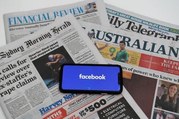 Australijoje leidžiami laikraščiai ir išmanusis telefonas su Facebook programėle