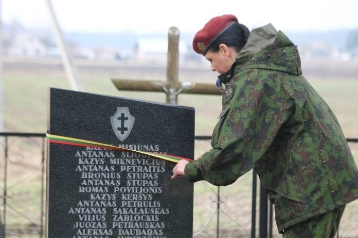 Partizanų kapas perrišamas juostele