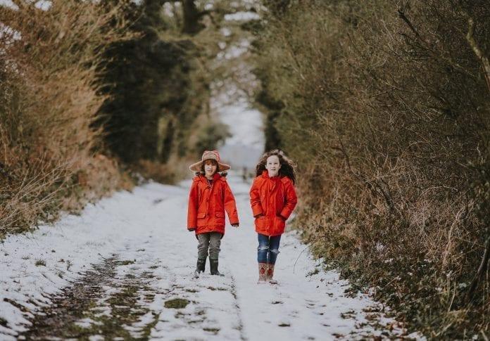 Vaikai vaikšto miške
