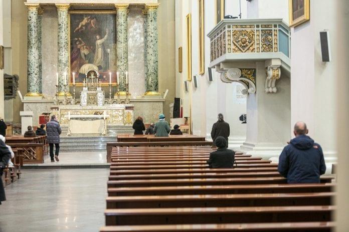 Pamaldose meldžiasi žmonės