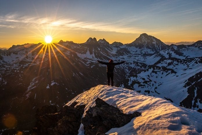 Žmogus kalnuose kelia rankas