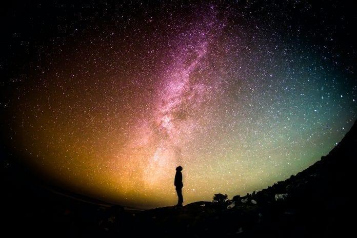 Žmogus žiūri į žvaigždes