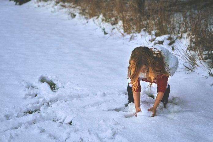 Vaikas ima sniegą