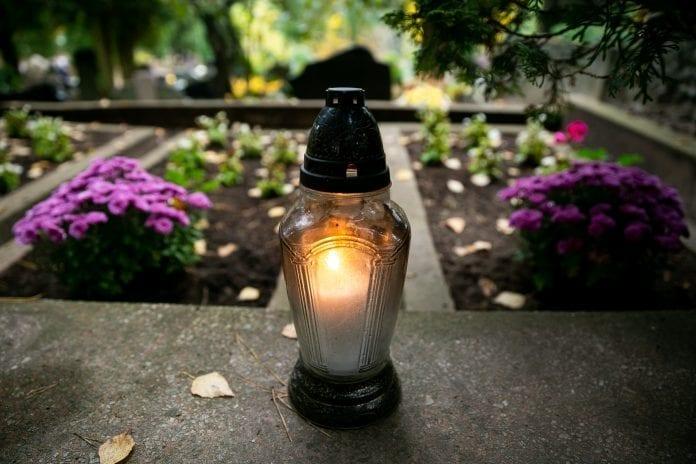 Žvakė dega kapinėse