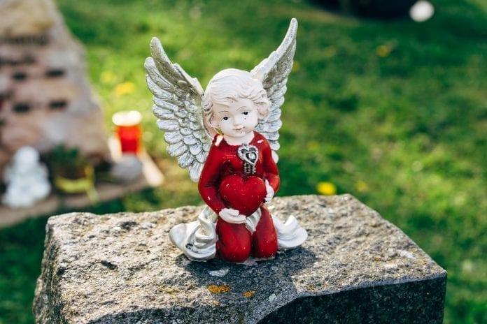 angeliuko statulėlė sudėtomis rankomis