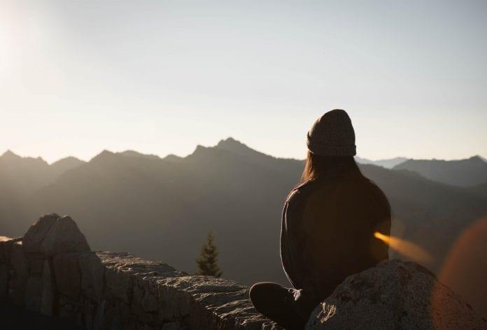 Mergina medituoja kalnuose