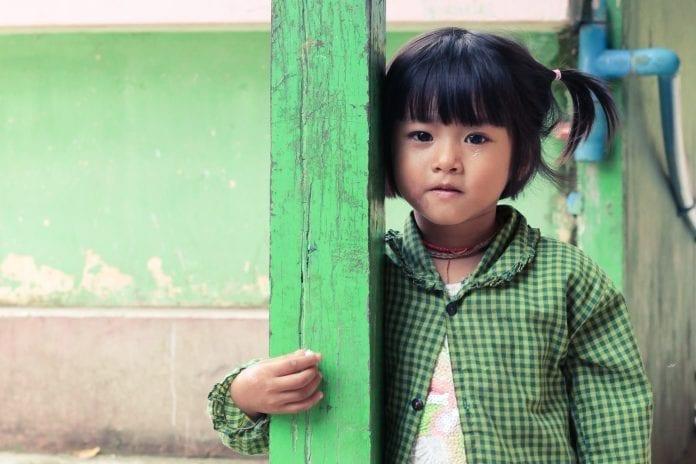 mergaitė iš Mianmaro žiūri