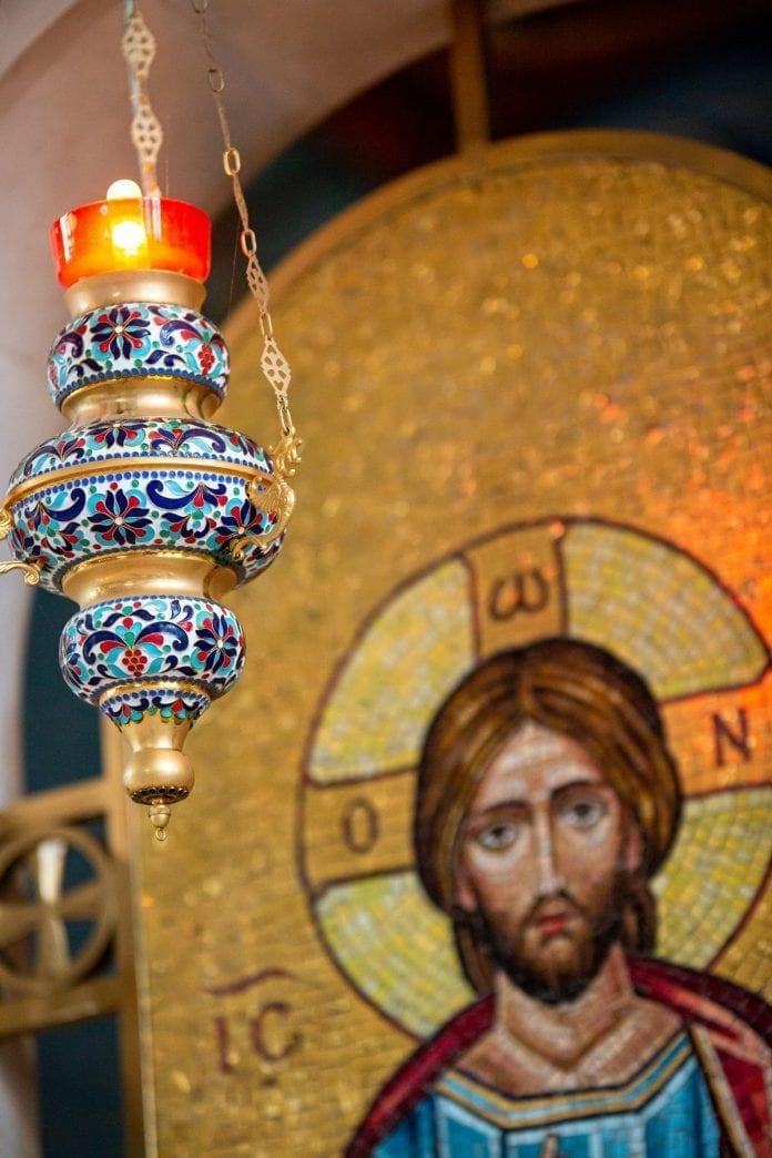 Ortodoksų bažnyčios lampada ikonos fone