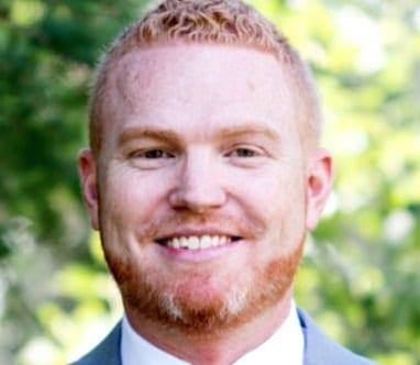 """""""GraceLife"""" bažnyčios pastorius Jamesas Coatesas šypsosi"""