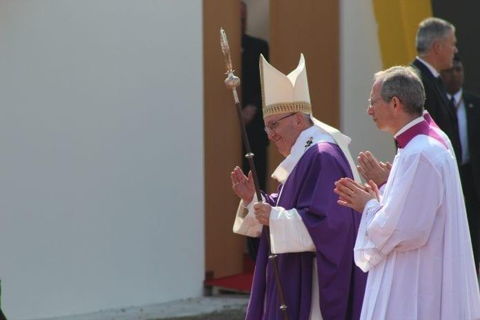 Popiežius Pranciškus eina