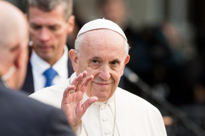 Popiežius Pranciškus mojuoja