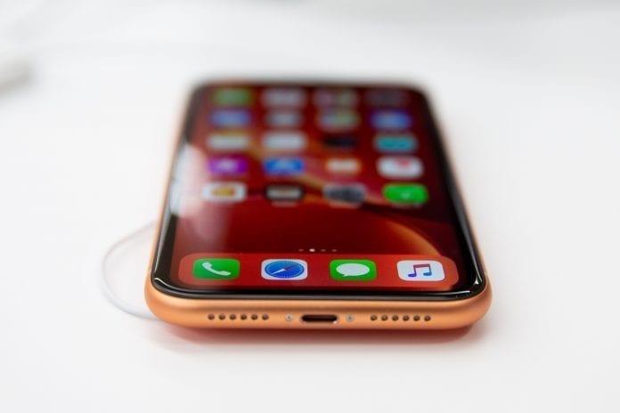telefonas su išmaniosiomis programėlėmis įjungtas