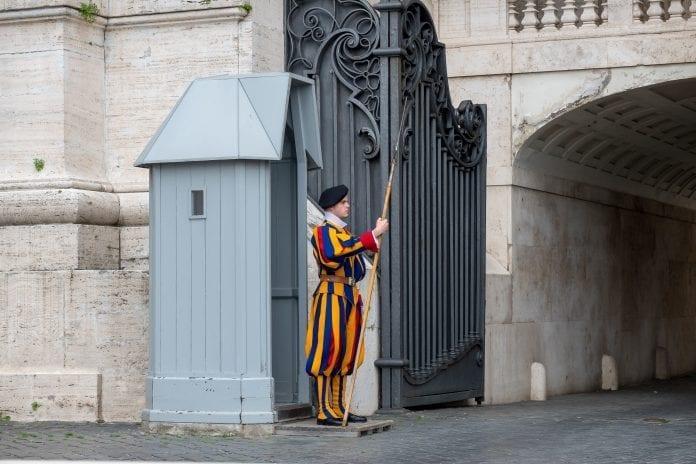 Vatikano gvardietis stovi
