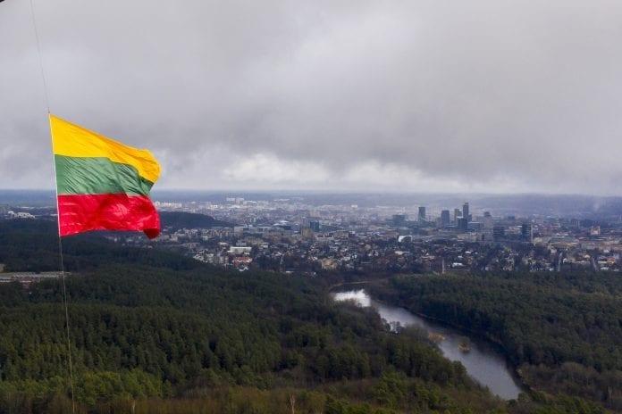Iškelta Lietuvos vėliava plėvesuoja ore