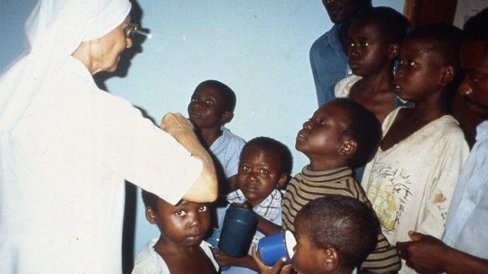 Vienuolė bendrauja su vaikais iš Afrikos