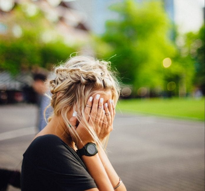 Sielvartaujanti moteris