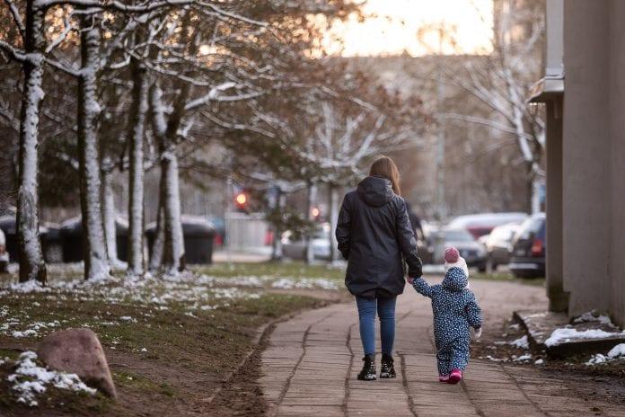 Mama eina su vaiku