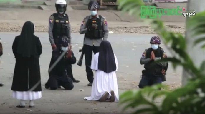 Mianmaro šiaurėje vienuolė atsiklaupė prieš policiją