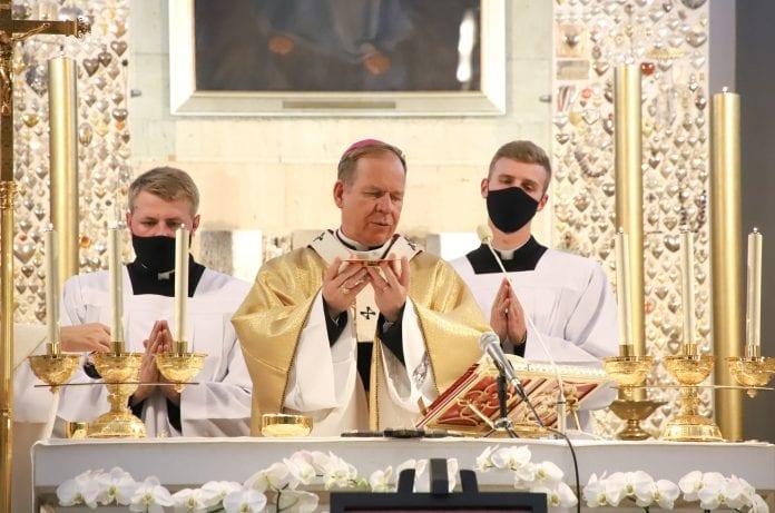 Vilniaus arkivyskupas metropolitas Gintaras Grušas aukoja mišias Dievo Gailestingumo šventovėje