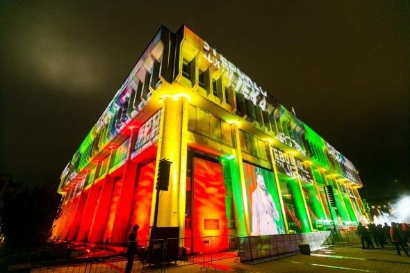 Tautinių spalvų vizualizacijomis nutvieskti Seimo rūmai šventinio koncerto metu