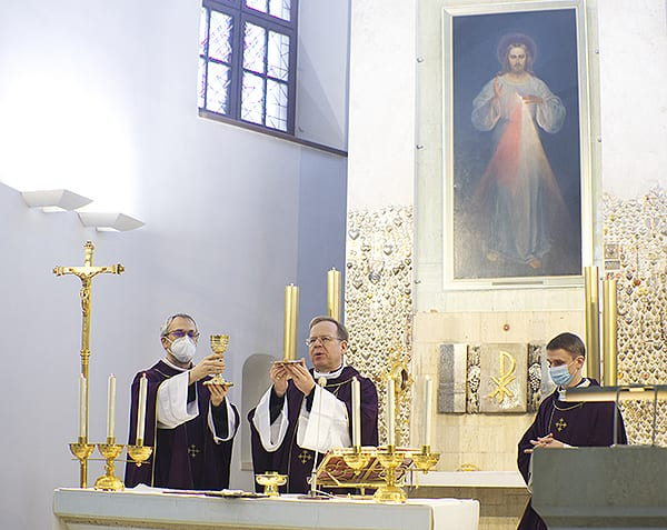 Vilniaus arkivyskupas Gintaras Grušas aukoja Mišias