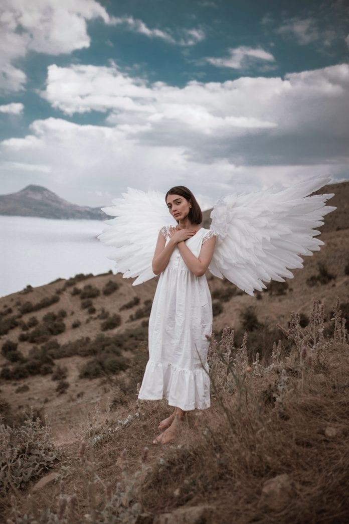 Moteris su angelo sparnais