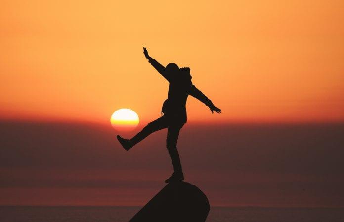 žmogus balansuoja ant ribos