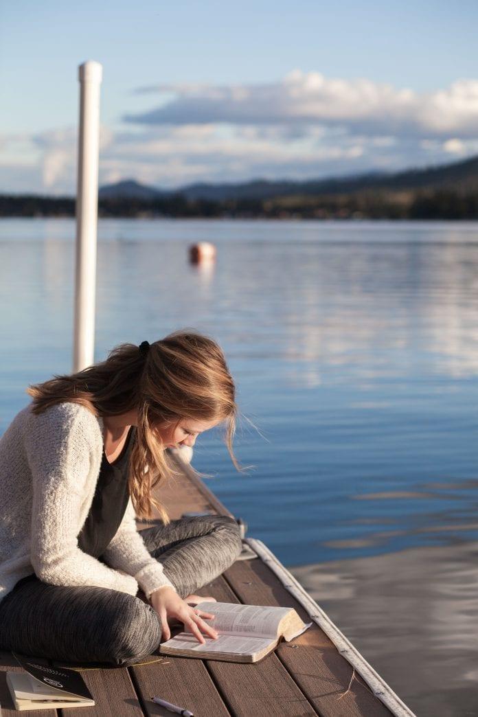 Moteris skaito Evangeliją