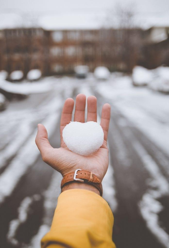 Ranka laiko sniego širdį