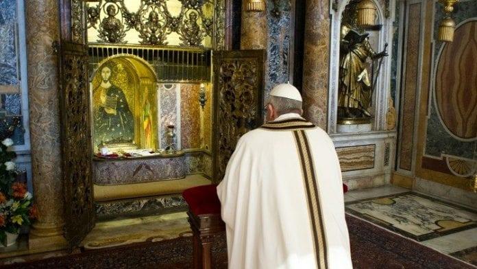 Popiežius Pranciškus meldžiasi