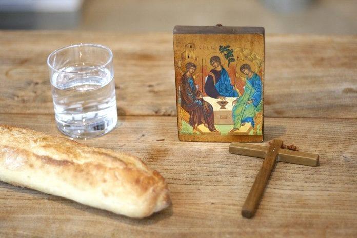 Duona, kryžius, vanduo ir ikona