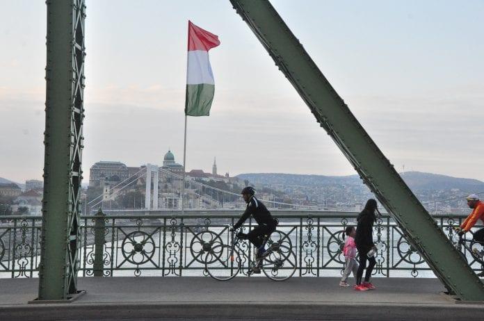Vengrijos vėliava plėvesuoja ant tilto