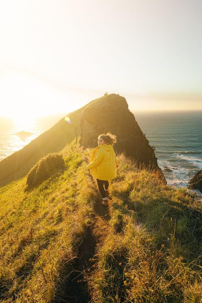 Moteris vaikšto ant kalvos