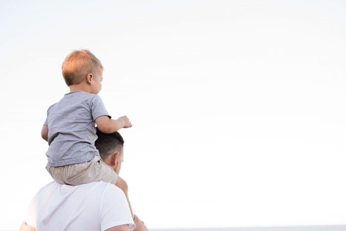 Tėvas su vaiku eina
