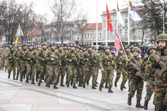 Lietuvos kariuomenė žygiuoja