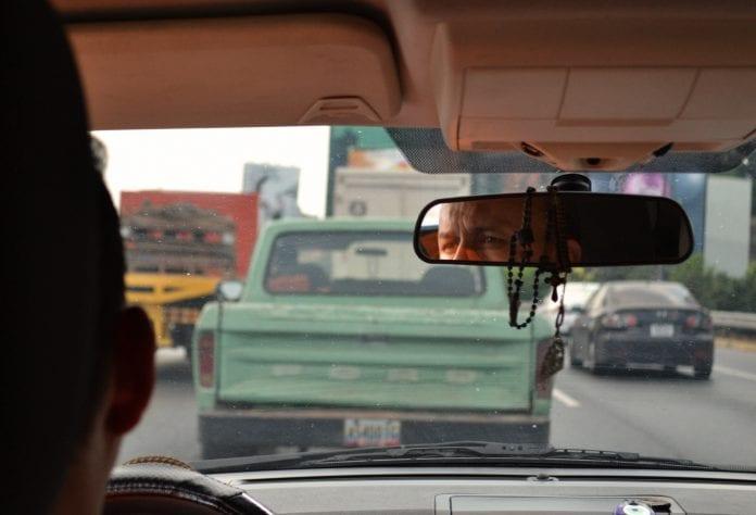 Venesuelos gatvė pro automobilio langą