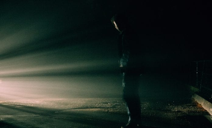 Šviesa skverbiasi pro tamsą