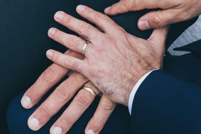 Vyrai su santuokiniais žiedais