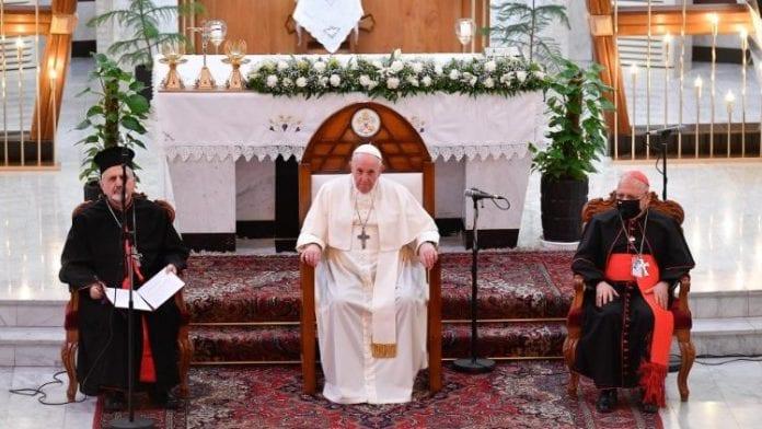 Popiežius Irake sėdi