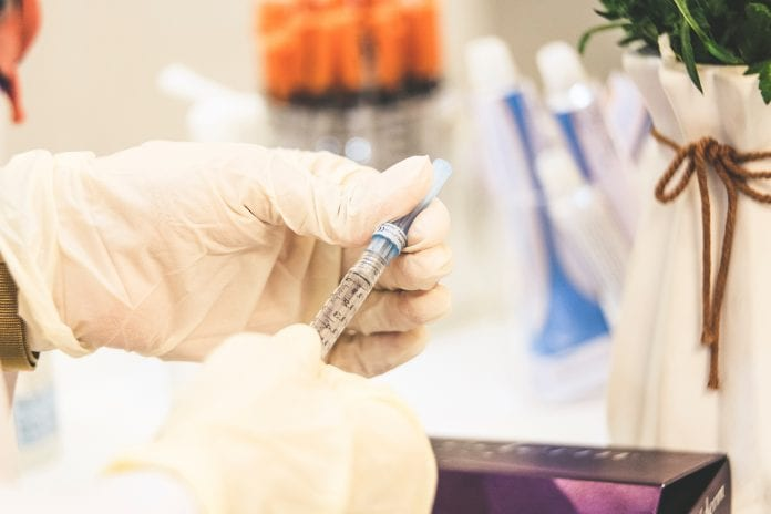 Mirtina injekcija gydytojo rankose