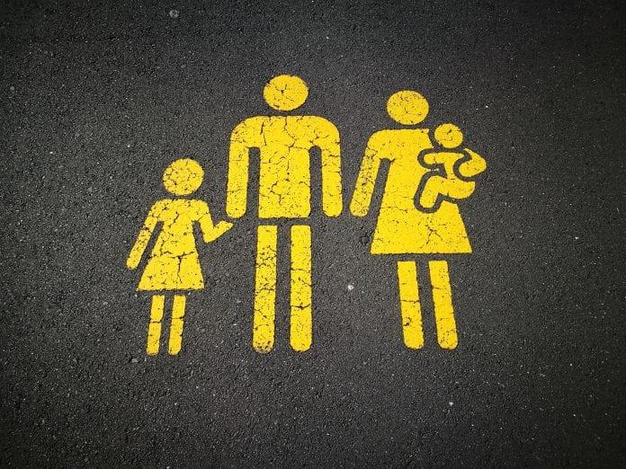 Šeimos parkingo vieta tradicinė šeima tėvai ir vaikai