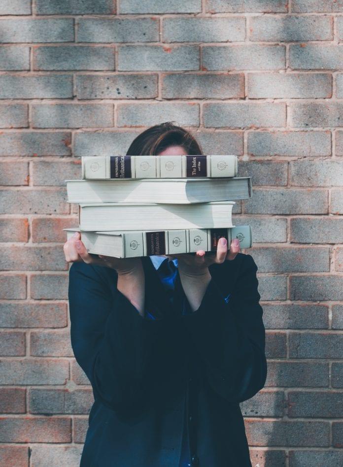 moteris su knygomis