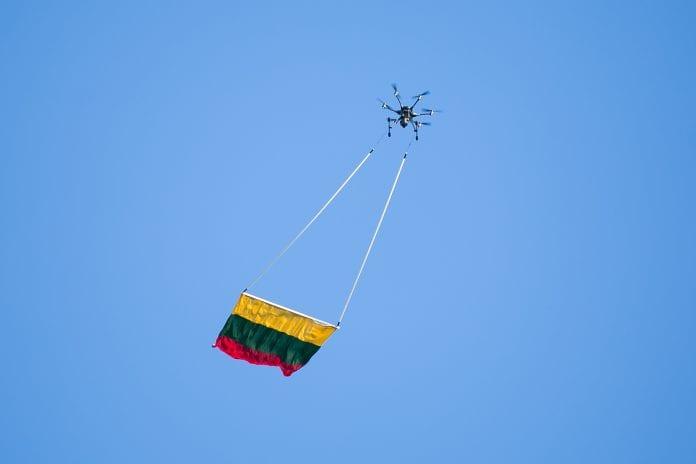 Dronas su Lietuvos vėliava